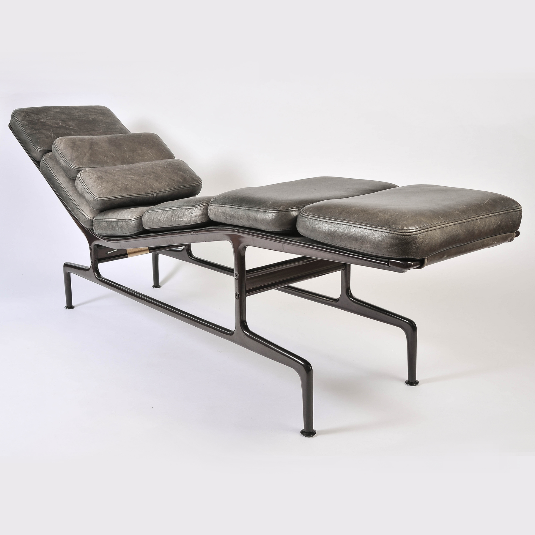 Charles eames 39 billy wilder 39 chaise longue valerie wade for Chaise charles eames tissu